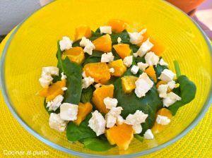 Ensalada de espinacas, queso de cabra y naranja